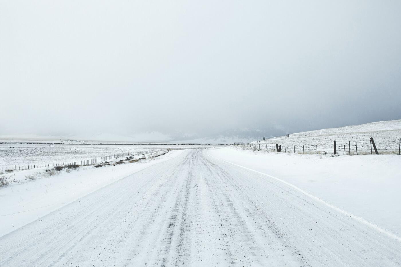 Vei dekt av snø for snøbrøyting